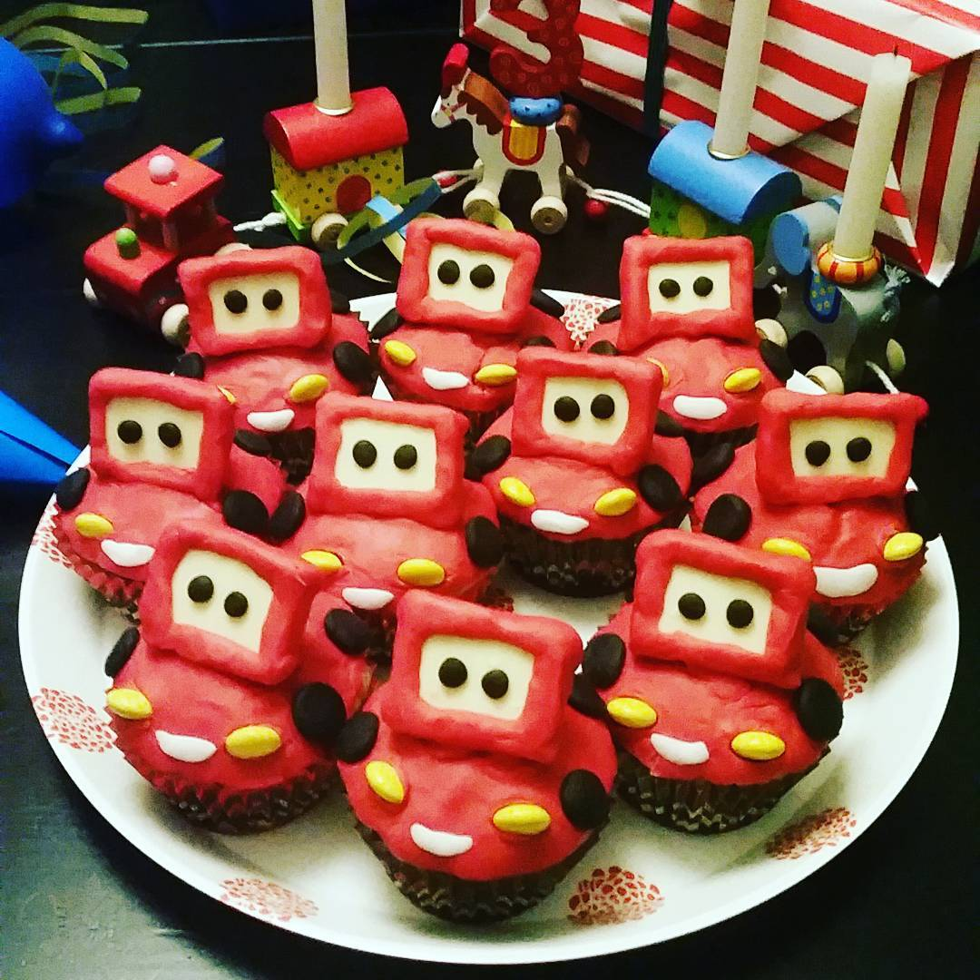 Hihi... ein Meisterbäcker ist wohl nicht an mir verloren gegangen... bleib ich lieber beim Applizieren... blöd, dass so ein Muffin nich unters Nähfüßchen passt... Ich find die sooo putzig.. #kindergeburtstag #muffins #backen